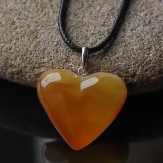 Кулон из янтаря формы сердца