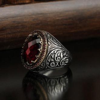 Перстень из серебра 925 пробы Красный цирконий