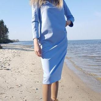 Небесно-голубое трикотажное платье.