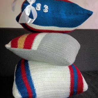 Декоративные вязаные подушки.