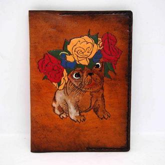 Кожаная обложка на паспорт мопс в веночке, обложка на паспорт с рисунком собаки
