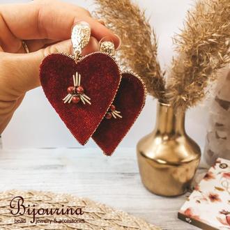 Стильные бархатные серьги в форме сердца с гипоаллергенной фурнитурой.