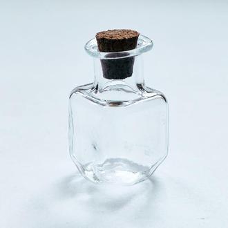 Миниатюрная фигурная декоративная стеклянная бутылочка для разного вида рукоделия.