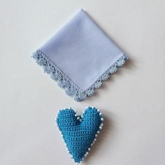 Голубой батистовый платочек