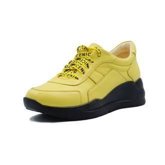 Желтые кожаные кроссовки на черной подошве