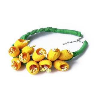 Желтые бусы из шелковых коконов. Желтое украшение. Зеленое украшение. Яркое украшение из коконов.