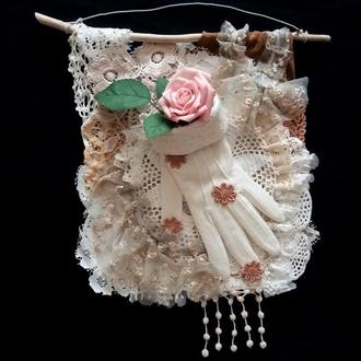 Декоративное настенное панно с розой в стиле шебби шик