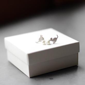 Серебрянные серьги-гвоздики Котята с жемчужинкой