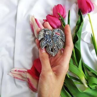 Брошь,брошка Лист монстеры из бусин и бисера с кристалом Сваровски в серебряном,сером цвете
