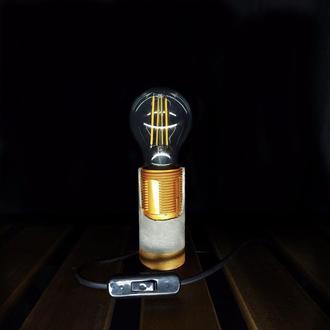 Бетонная лампа с золотым патроном