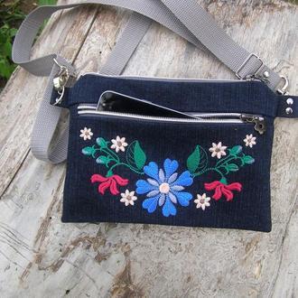 Невелика сумочка з вишивкою.