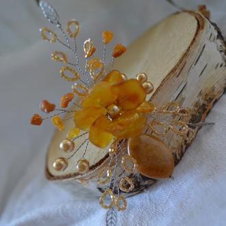 Бутоньерка, брошь с натуральным янтарем и авантюрином ′Осенний букет′