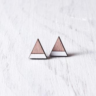 Розово белые деревянные серьги пусеты, сережки гвоздики треугольники