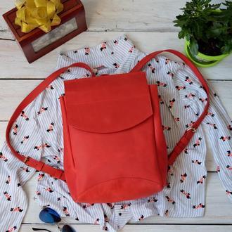 Яркий кожаный рюкзак