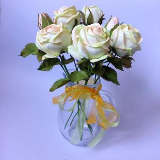 Букет роз в стеклянном кувшинчике