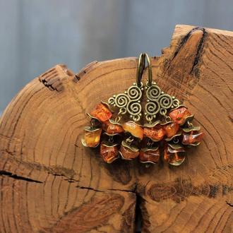 Эффектные, заметные серьги с крупными кусочками янтаря