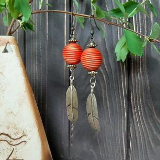 Серьги шарики с металлическими подвесками перышками