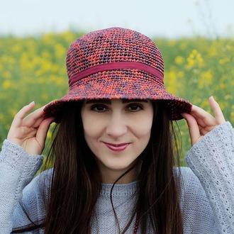 Летняя цветная шляпа и рафии