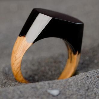 Черный перстень из дерева и эпоксидной смолы