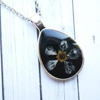 Кулон с цветком черемухи