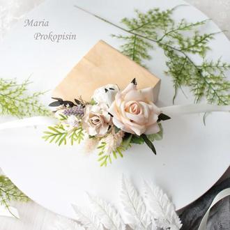 Бутоньерка с цветами в кремовом цвете.