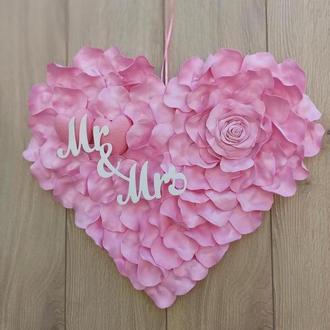Рожеве серце з пелюсток троянд