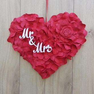 Червоне серце з пелюсток троянд