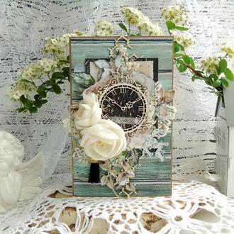 Поздравительная открытка с часами и цветами