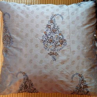 Шелковая декоративная подушка с вышивкой