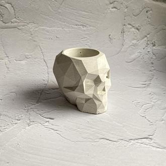 Горшок из бетона в форме черепа.