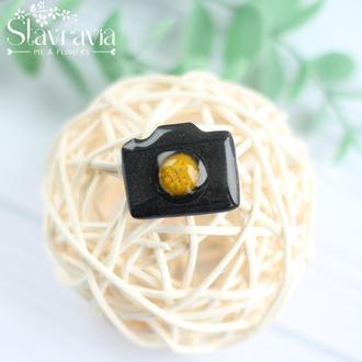 Значок черный фотоаппарат с желтой серединкой из мимозы в эпоксидной смоле