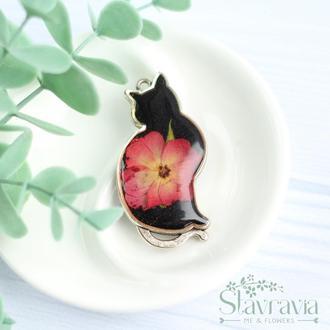 Подвеска Мечтательная Кошка с малиново - красной розой на черном фоне • Кулон Кошка с цветами