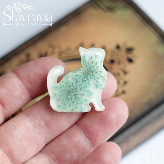 Брошь котик • кошка • котенок с мятными цветами на белом фоне • кошка кот котенок с цветами в смоле