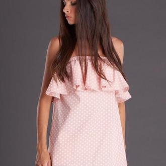 Пудровое платье с открытыми плечами