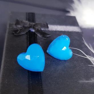 Серьги-гвоздики в виде сердечек из эпоксидной (ювелирной) смолы
