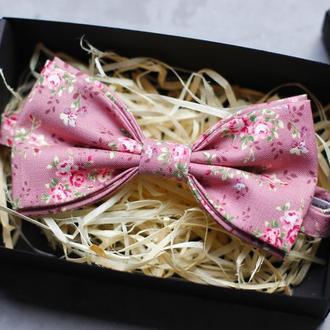 Галстук-бабочка бледно-розовая с цветочным принтом