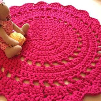 Малиновый круглый коврик, связанный вручную
