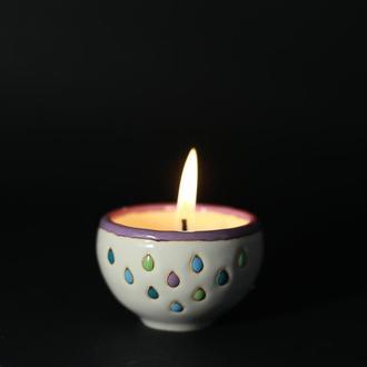 Насыпная свеча в керамическом подсвечнике
