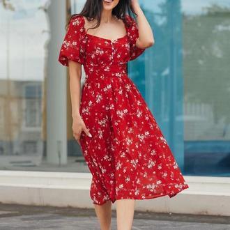 Красное шифоновое платье с красивым декольте