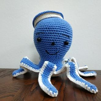 Вязанная крючком игрушка осминог Морячок