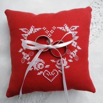 Свадебная подушечка для колец красного цвета с белым сердцем