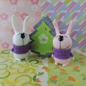 Зайка в свитере вязаная игрушка