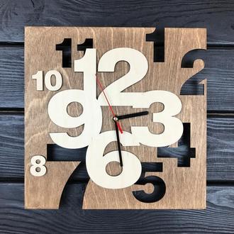 Квадратные настенные часы из дерева в интерьер