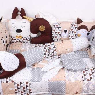 Комплект в кроватку с игрушками бортик валик в коричневых цветах