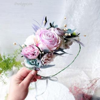 Венок с цветами в бело-сиренево-голубом цвете.