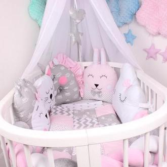 Комплект в овальную кроватку с игрушками, косой в 4 плетения и балдахином в розовом цвете