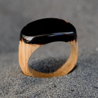 Перстень из дерева и черной эпоксидной смолы унисекс
