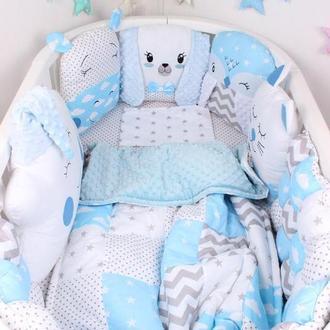 Комплект в овальную кроватку с игрушками в Нежно голубом цвете