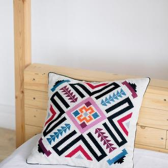 Вышитая декоративная подушка со стилизованным украинским орнаментом. 40*40 см.