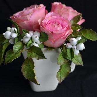 Розы с белыми ягодами в чашке